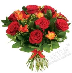 Красные розы в букете.