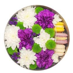 Гвоздики, хризантемы и пирожные.
