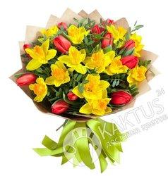 Нарциссы и тюльпаны в крафте.