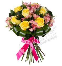 Желтые розы и розовые альстромерии.