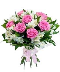 Розовые розы и белые альстромерии.