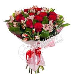 Красные розы с альстромериями.