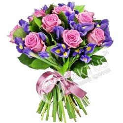 Ирисы и розы с букете.