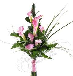 Розовые каллы в вертикальном букете.