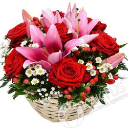 Красные розы и лилии.